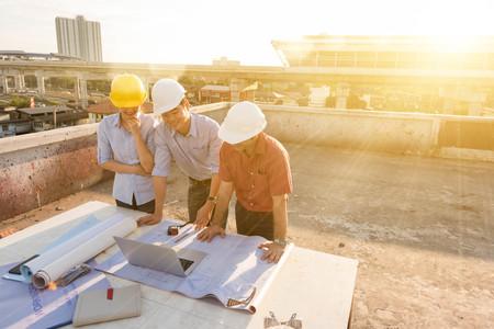 Drie bouwkundig ingenieur werken in de bouw site, bouwkunde conceptuele