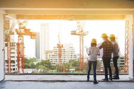 tres ingenieros de la construcción que trabajan juntos en la planificación del emplazamiento de la obra para la renovación