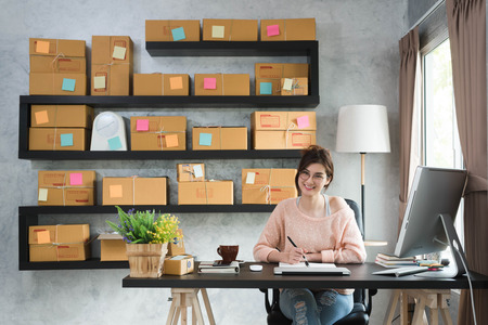 若い起業家、ティーンエイ ジャー ビジネス オーナー自宅で仕事、アルファの世代ライフ スタイル、オンライン マーケティングの概念