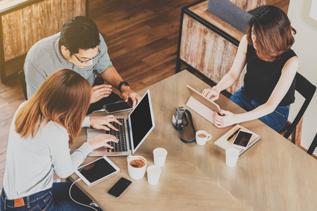 Encuentro de los amigos en la cafetería, el uso de teléfonos inteligentes, las redes sociales estilo de vida, un smartphone en vidas cotidianas