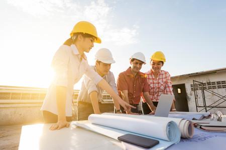 Vier bouwkundig ingenieur werken in de bouw site, bouwkunde conceptuele