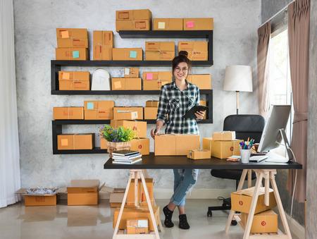 jeune entrepreneur heureux, adolescent propriétaire d'une entreprise de travail à la maison, alpha style de vie de la génération.