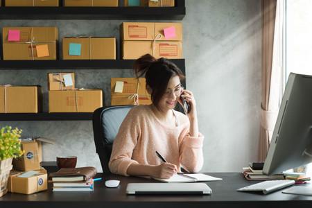 젊은 기업가, 십대 비즈니스 소유자가 가정에서 일하는 알파 세대 라이프 스타일. 고객으로부터의 전화 수신 및 메모 스톡 콘텐츠