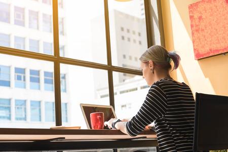 Twee freelance werken in coffeeshop, conceptuele Nomad werknemer, paar werken samen in café met laptop Stockfoto - 82904950