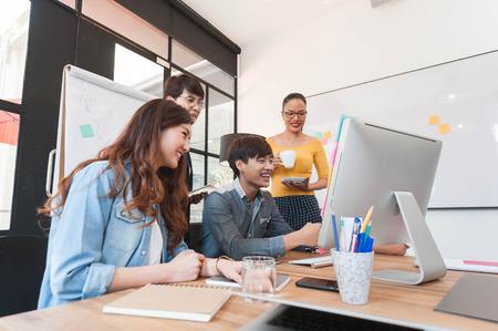 創造的な職場、作業、モダンなスタイルの 5 つのマルチ世代のグループ起業家グループのブレーンストーミング 写真素材