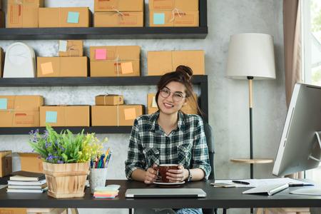 젊은 기업가, 십대 사업 소유자가 집에서 일하고