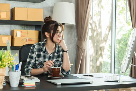 若い起業家、ティーンエイジャーのビジネスオーナーは自宅で働き、アルファ世代のライフスタイル、オンラインビジネスの概念 写真素材