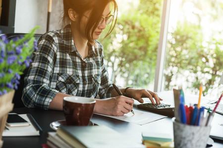 젊은 기업가, 십대 비즈니스 소유자가 집에서 작동, 알파 세대 라이프 스타일, 온라인 비즈니스 개념적