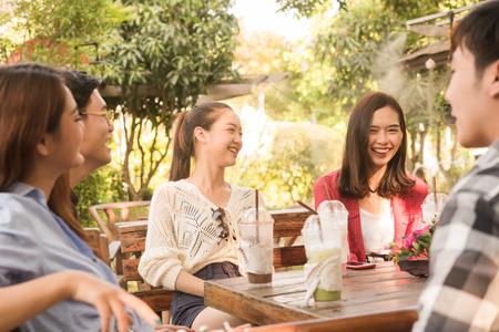 Groupe d'amis traîner au café