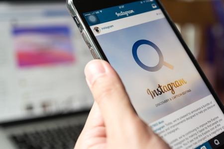 Bangkok, Thailand - 02 juli 2018: handen van de mens gebruiken Iphone 7 plus met toepassingen instagram Redactioneel