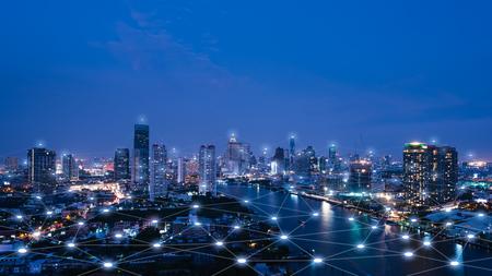 Paysage urbain avec la technologie des points de connexion de la ville intelligente conceptuelle