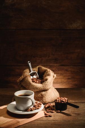 Ein Schuss Espresso mit gerösteten Kaffeebohnen