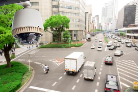 Cámara de vigilancia CCTV operando en la carretera de tráfico y la gente cruza la carretera en Japón Foto de archivo