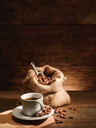 Vertikal von einem Schuss Espresso mit gerösteten Kaffeebohnen