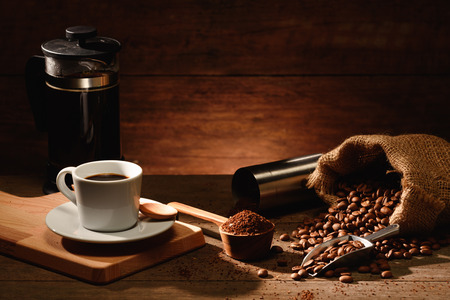 A shot of espresso with roasted coffee bean and french press coffee pot Foto de archivo - 121618599