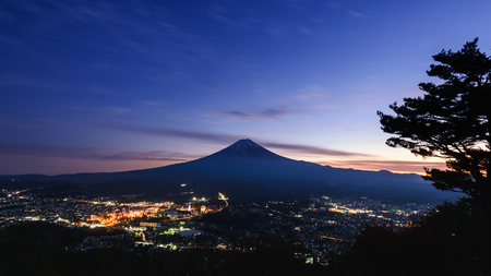 Nachtszene von Kawaguchiko-Gebiet in Yamanashi, Japan bei Sonnenuntergang mit schönem Himmel und Licht von der Stadt Standard-Bild