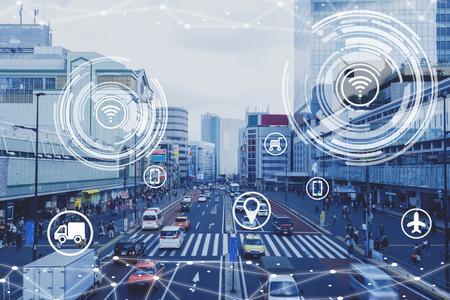 Slimme stad conceptueel, scène van mensen in stedelijk gebied levensstijl met icoon van technologie