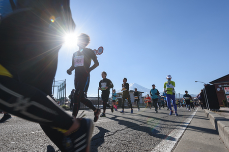 Kawaguchiko, JAPAN - Nov 25, 2018: People running in Fuji Marathon 7th Event at Kawaguchiko lake in Yamanashi, japan 版權商用圖片 - 121601720