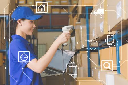 El personal que trabaja en el almacén utiliza un escáner de código de barras y una computadora portátil con una interfaz de programa de gestión logística