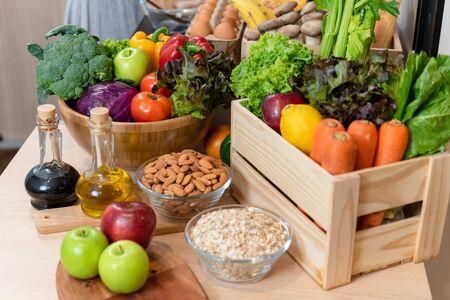 Montón de alimentos saludables consisten en verduras, frutas y nueces Foto de archivo
