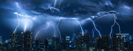 Tormenta eléctrica sobre la ciudad en luz azul
