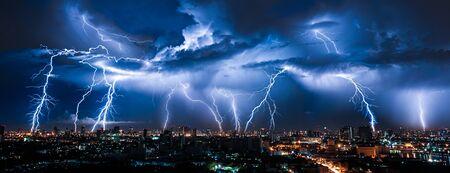 Tormenta eléctrica sobre la ciudad en luz púrpura
