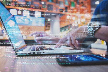 biznesmen pracujący nad cyfrowym diagramem w celu ulepszenia programu, programista pracuje nad koncepcją cyfrowego ulepszenia