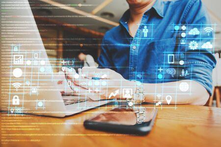 empresario trabajando en un diagrama digital para la mejora del programa, el desarrollador de software trabaja en el concepto de mejora digital