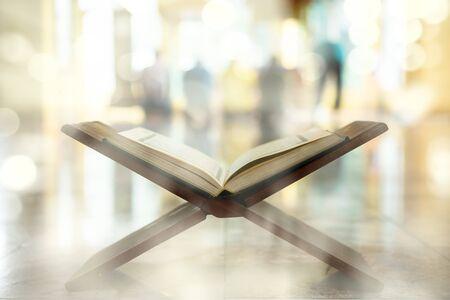 Koran, ein muslimisches heiliges Lehrbuch, zentraler religiöser Text des Islam, den Muslime für eine Offenbarung Gottes halten Standard-Bild
