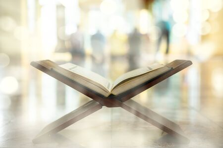 Koran, muzułmański święty tekst, centralny religijny tekst islamu, który muzułmanie uważają za objawienie od Boga Zdjęcie Seryjne