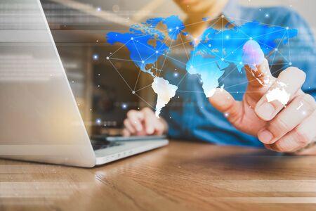 La mondialisation conceptuelle de la technologie utilise un ordinateur portable et un smartphone, une connexion Internet sans fil partout