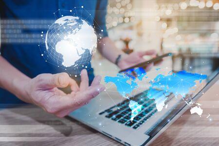 La globalización conceptual de la tecnología utiliza una computadora portátil y un teléfono inteligente, conexión inalámbrica a Internet en todas partes