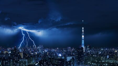 Thunder strom en la ciudad de Tokio de Japón