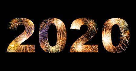 Fuegos artificiales de celebración de año nuevo en texto 2020 para evento de año nuevo