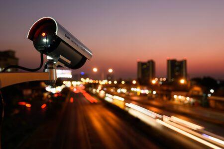 CCTV, telecamera di sorveglianza che opera in città guardando la strada del traffico con un bel cielo crepuscolare Archivio Fotografico