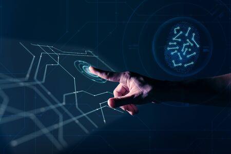 Hand eines Mannes, der auf einem digitalen Bildschirm mit Fingerabdruck arbeitet, um die Sicherheit zu identifizieren
