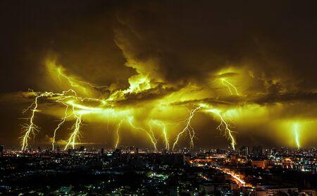 Tempête de foudre sur la ville à la lumière violette