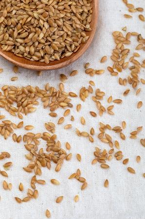 Semillas de lino dorado. Micronutriente beneficioso para el organismo que previene y cura dolencias. Rica en fibra y nutrientes (manganeso, vitamina B1, y sobre todo en ácidos grasos omega-3) beneficiosos para la salud (piel, adelgazamiento, reducción de colesterol, celíacos, antioxidantes,…)