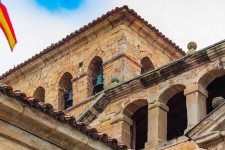 Clocher de la tour de la collégiale de Santillana del Mar (Cantabrie - Espagne). Village médiéval. Art roman du XIIe siècle. la route de Saint-Jacques