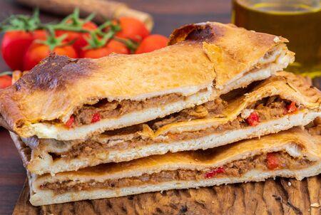 Torta di tonno. Piatto tipico della Galizia (Galizia) e della Spagna. Con ingredienti naturali come pomodoro, cipolla, peperone, melanzane, tonno, uovo sodo, grano e olio vegetale. Torta di pesce e verdure.