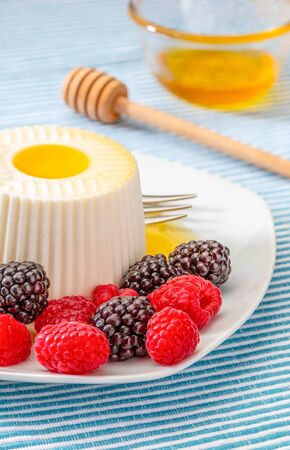 They look like artificial goodies! But they are delicious and beautiful blackberries and fresh raspberries. With fresh cheese they are an appetizing breakfast, snack or dinner, with honey or without s