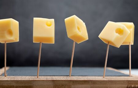 Portions (cubes, dice) of Emmental Swiss cheese punctured in toothpicks. 版權商用圖片