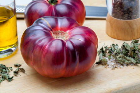 Beautiful fresh Mar Azul (Marazul) tomatoes. It is a new and delicious variety of tomato with delicate bluish, purple and pinkish tones with a more fruity, juicy flavor and with an aroma of plum and green tomato. It comes from areas of southern Spain near the Mediterranean Sea. Foto de archivo