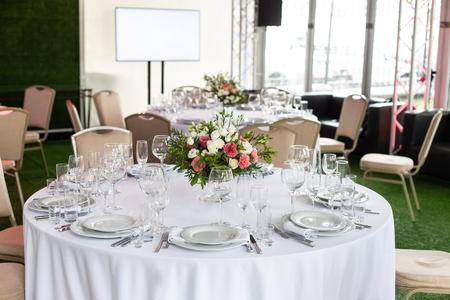 Servieren eines runden Tisches im Restaurant für mehrere Personen. Selektiver Fokus. Standard-Bild