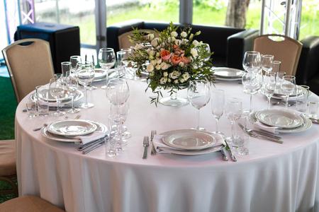 Nakrycie stołu w restauracji. Przygotowanie do Bankietu Selektywne skupienie.
