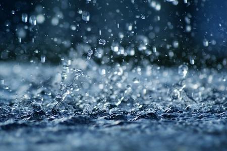 Vue de la pluie qui tombe sous un éclairage bleu. Banque d'images - 10775823