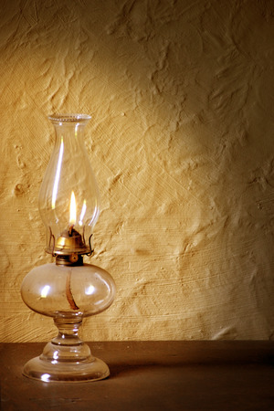 Antieke lamp verlichting muur met gloed van geel oranje vlam.