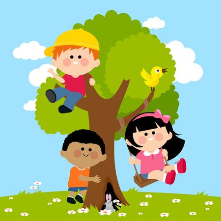 Kinderen spelen op een boom