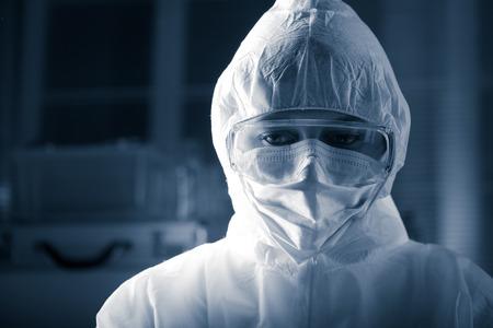 riesgo quimico: Investigador vistiendo traje de protección y gafas de seguridad de materiales peligrosos.