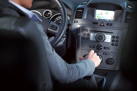 여성 운전 자동차 대시 보드에 손잡이를 조정.